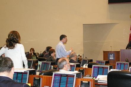 Councillor Glen De Baeramaeker presenting motion