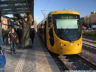 Public domain photo by Fiorella Grinstein of LRV in Puerto Madero district of Beunos Aires